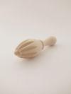 Exprimidor de mano de madera natural