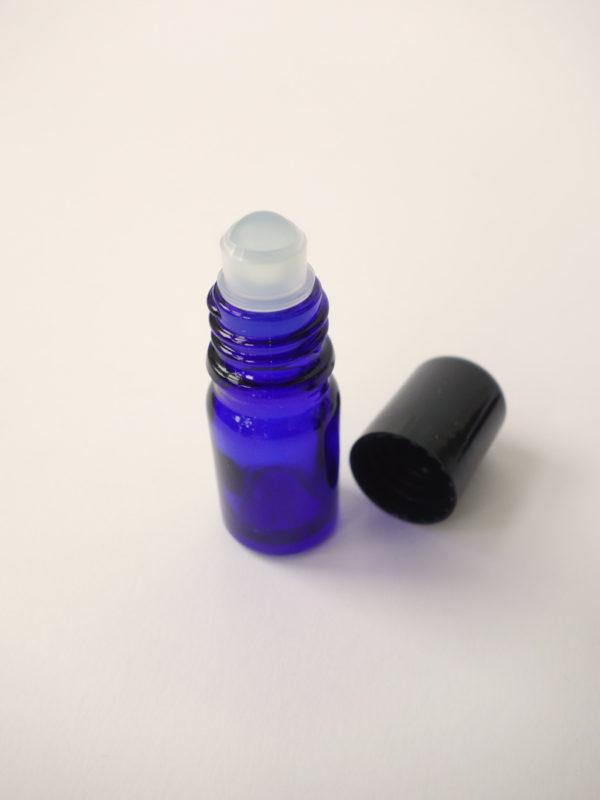 Botella de vidrio azul con roll on de vidrio 2