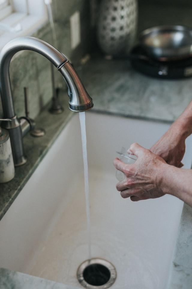 cierra grifo mientras enjabonas para ahorrar agua